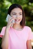 Muchacha adorable del preadolescente con el móvil Foto de archivo libre de regalías