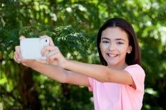 Muchacha adorable del preadolescente con el móvil Fotografía de archivo