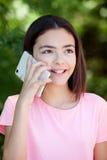 Muchacha adorable del preadolescente con el móvil Imagen de archivo libre de regalías