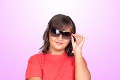 Muchacha adorable del preadolescente con las gafas de sol Imagenes de archivo