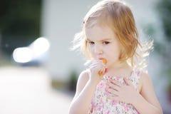 Muchacha adorable del preschooler que come la zanahoria Imagenes de archivo