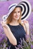 Muchacha adorable en el campo de la lavanda, Provans foto de archivo libre de regalías