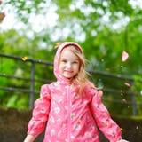 Muchacha adorable que se coloca feliz debajo de la lluvia Fotografía de archivo libre de regalías