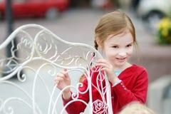 Muchacha adorable que se divierte en café al aire libre Fotografía de archivo