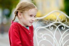 Muchacha adorable que se divierte en café al aire libre Imágenes de archivo libres de regalías