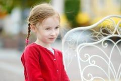 Muchacha adorable que se divierte en café al aire libre Imagen de archivo libre de regalías