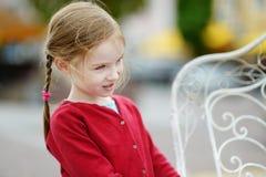 Muchacha adorable que se divierte en café al aire libre Imagenes de archivo