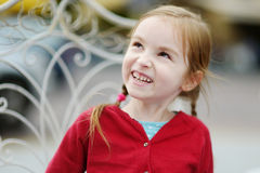 Muchacha adorable que se divierte en café al aire libre Foto de archivo