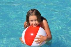 Muchacha adorable real que se relaja en piscina Imágenes de archivo libres de regalías
