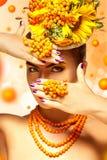 Muchacha adulta del encanto con los accesorios hermosos del maquillaje y del serbal Foto de archivo