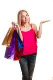 Muchacha adulta joven del retrato con los bolsos coloreados Fotografía de archivo libre de regalías