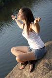 Muchacha adulta que hace la meditación de la yoga Imagen de archivo libre de regalías