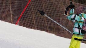 Muchacha aficionada del esquiador en una elevación metrajes