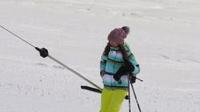 Muchacha aficionada del esquiador en una elevación almacen de metraje de vídeo
