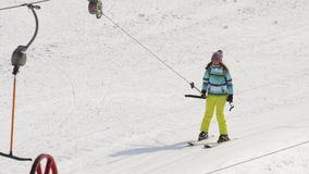 Muchacha aficionada del esquiador en una elevación almacen de video