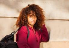 Muchacha africana adolescente seria con la mochila Foto de archivo