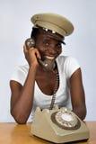 Muchacha africana con el teléfono viejo Imagen de archivo libre de regalías