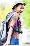 Muchacha africana con su mochila fotos de archivo
