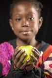 Muchacha africana con una manzana fotografía de archivo