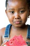 Muchacha africana dulce que come la sandía Fotos de archivo