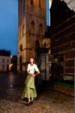 Muchacha africana en ciudad vieja del vestido victoriano fotos de archivo