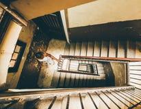 Muchacha africana en interior de la escalera imagen de archivo libre de regalías
