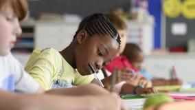 Muchacha africana en la escuela primaria almacen de video
