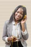 Muchacha africana encantadora alegre que sostiene el teléfono móvil Fotografía de archivo libre de regalías