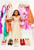 Muchacha africana hermosa que elige la ropa en tienda Imagen de archivo