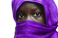 Muchacha africana magnífica ocultada por Violet Head Scarf Outdoors Isolated en blanco imagen de archivo