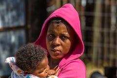Muchacha africana pobre solitaria con el bebé Foto de archivo libre de regalías