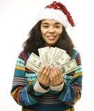 Muchacha africana real joven linda en el sombrero rojo de santas con el isolat del dinero Foto de archivo