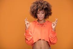 Muchacha afro joven que hace gesto de la meditación Fotografía de archivo libre de regalías