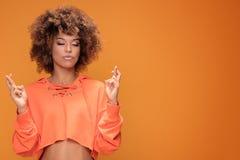 Muchacha afro joven que hace gesto de la meditación Imágenes de archivo libres de regalías