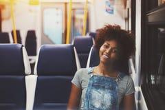 Muchacha afro rizada en coche del tren suburbano Foto de archivo