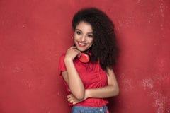 Muchacha afro sonriente con los auriculares Foto de archivo libre de regalías