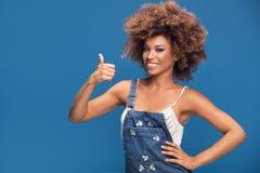 Muchacha afro sonriente que muestra símbolo aceptable Imágenes de archivo libres de regalías