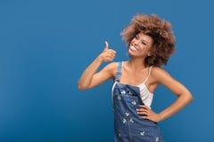 Muchacha afro sonriente que muestra símbolo aceptable Fotos de archivo libres de regalías
