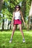 Muchacha afroamericana activa del adolescente que hace un salto de altura Foto de archivo libre de regalías