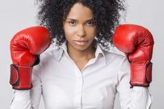 Muchacha afroamericana centrada con los guantes de boxeo rojos que llevan a las FO Imágenes de archivo libres de regalías