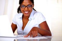 Muchacha afroamericana con estudiar negro de los vidrios Foto de archivo libre de regalías