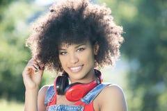 Muchacha afroamericana con los auriculares Foto de archivo libre de regalías