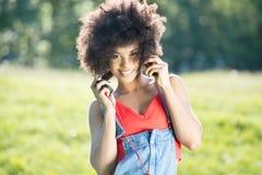 Muchacha afroamericana con los auriculares Foto de archivo