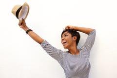 Muchacha afroamericana de la diversión que anima con los brazos aumentados Foto de archivo libre de regalías
