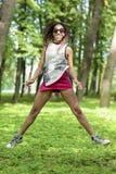 Muchacha afroamericana del adolescente con Niza los Dreadlocks que saltan con la expresión positiva Fotografía de archivo