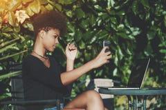 Muchacha afroamericana del estudiante que toma el selfie al aire libre Fotos de archivo libres de regalías