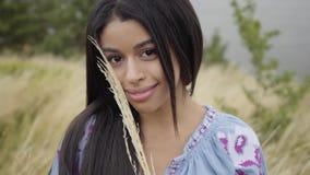 Muchacha afroamericana despreocupada confiada adorable del retrato Ocio y fin de semana de una sonrisa bastante independiente jov almacen de video