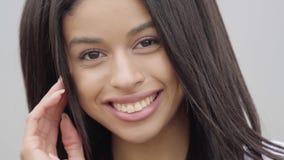 Muchacha afroamericana despreocupada confiada linda del retrato que mira la cámara Ocio y fin de semana de una independiente boni metrajes