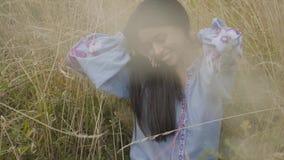 Muchacha afroamericana despreocupada sonriente linda del retrato que lleva el vestido largo de la moda del verano que disfruta de almacen de video