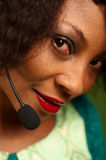 Muchacha afroamericana en centro de atención telefónica Fotos de archivo